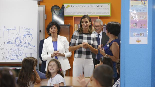 La Reina, junto a la ministra de Educación, Isabel Celaá, en Oviedo