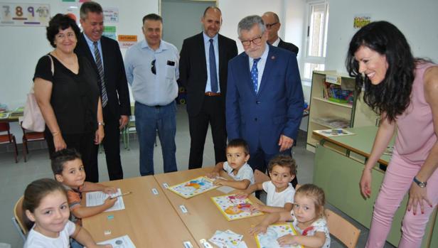 Ángel Felpeto con alumnos del colegio de Garciiotum