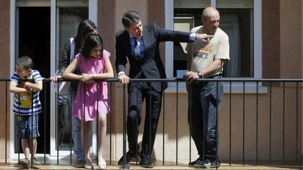 Ignacio González, en mayo de 2013, entregando una vivienda social a una familia desahuciada
