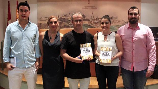 El autor de «Los que nunca se rinden» en el centro, acompañado por Juan Antonio Pérez, periodista de ABC; Ángeles-Sánchez-Infantes, periodista de la televisión regional; Ana Pérez Herrera, fotógrafa de ABC, y Pepe Melero, periodista de COPE