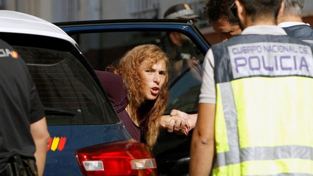Imagen de Conchi, la acusada de matar a su marido en Alicante, a su llegada al registro de su vivienda