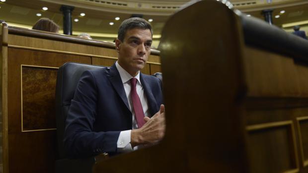 Pedro Sánchez, con cara seria, en el Congreso