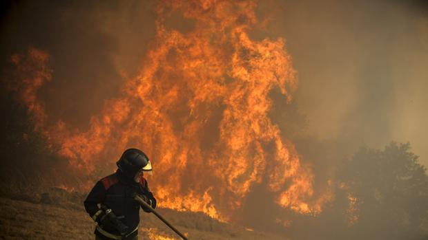 Un brigadista durante las labores de extinción de un fuego