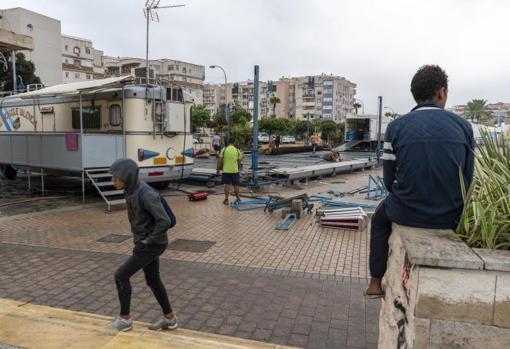 Dos niños marroquíes esperan un despiste para colarse en los camiones que salen de Melillan después de la feria