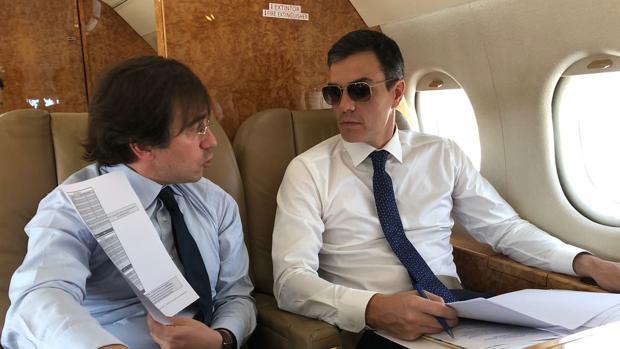 Sánchez posa en uno de sus vuelos oficiales con gafas de sol en el interior de un avión