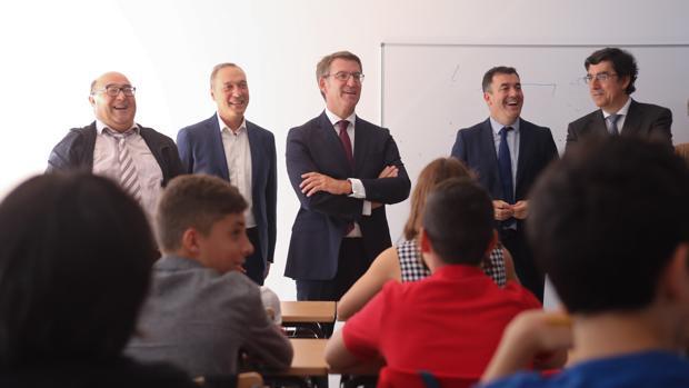 Feijóo y Román Rodríguez, en el centro, durante su visita al IES de Soutomaior