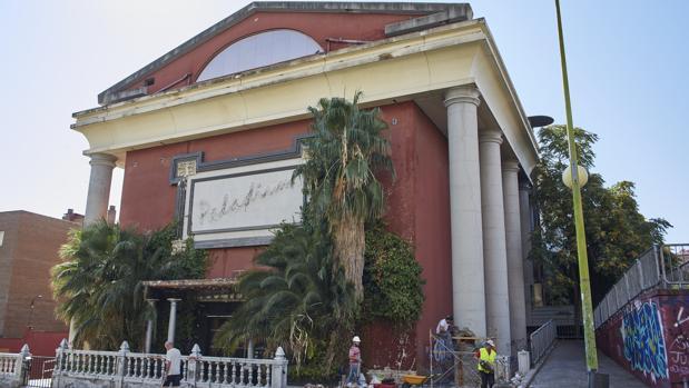 Los obreros taladran, el pasado jueves, una de las columnas de la antigua discoteca Paladium