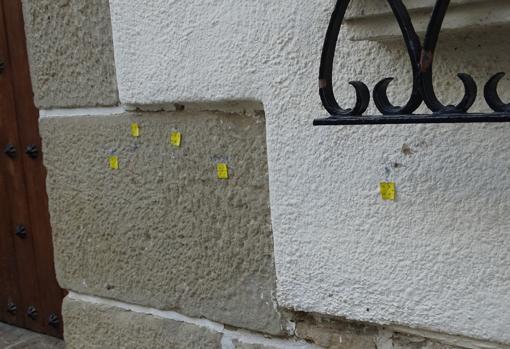 Las marcas en la casa donde se produjo el tiroteo