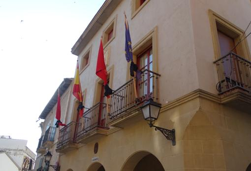 Banderas atadas con crespones negros en el Ayuntamiento de Cáseda