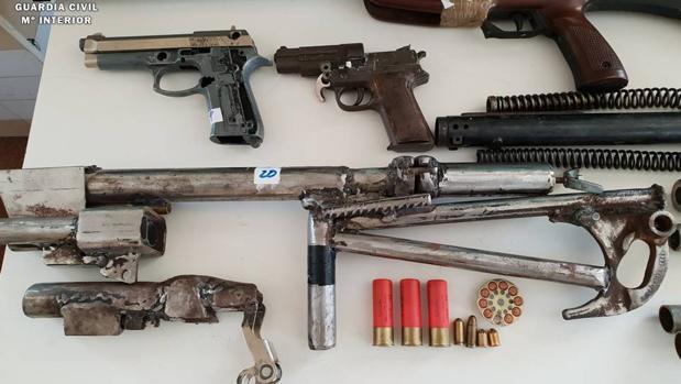 Parte de las armas intervenidas en casa del acusado después de que intentaran matarle en la carretera