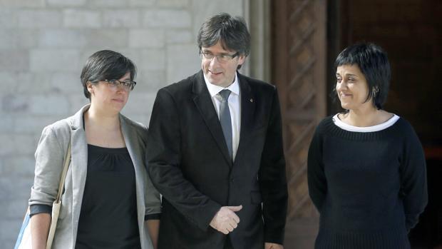Mireia Boya y Anna Gabriel, junto a Carles Puigdemont en una imagen de archivo