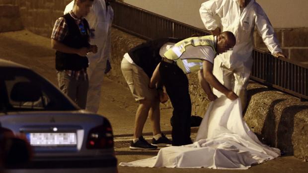 Efectivos policiales junto al cuerpo de una de las tres personas muertas en el tiroteo de Cáseda