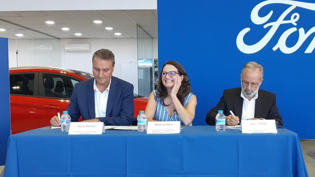 Jesús Alonso (izda.) y Mónica Oltra en la firma del convenio, este miércoles