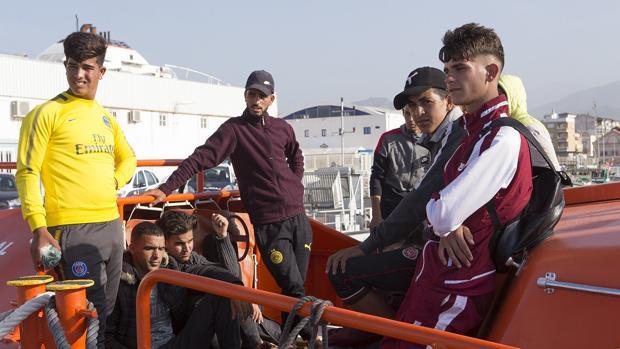 La Salvamar Alnitak ha rescatado a 35 personas de origen magrebí cerca de la costa de Granada