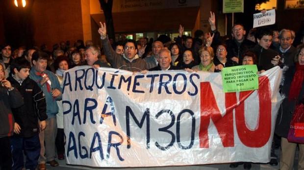 Protesta vecinal en el barrio del Pilar, en 2006, contra la instalación de parquímetros