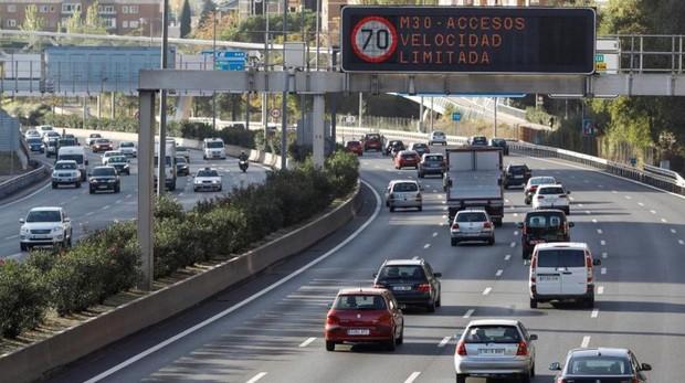Los coches circulan a 70 kilómetros por hora tras la activación del protocolo anticontaminación