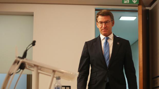 Feijóo se adelanta a la oposición y defenderá al Sergas en el Parlamento