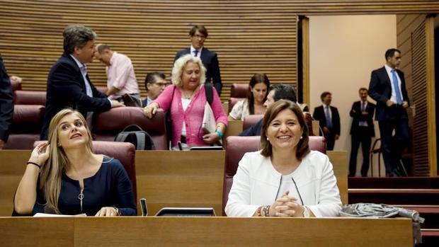 Isabel Bonig, en las Cortes Valencianas junto a Eva Ortiz