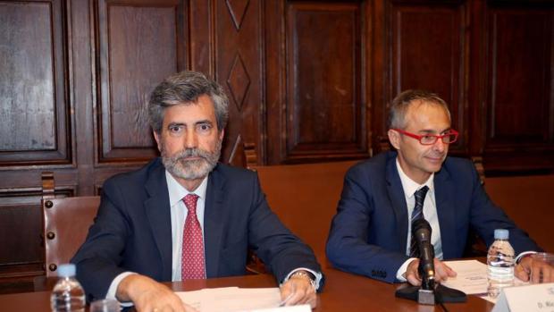 El presidente del Consejo General del Poder Judicial, Carlos Lesmes (i) y el rector de la Universidad de Salamanca (USAL), Ricardo Rivero (d) este miércoles en Salamanca, en la presentación de un curso