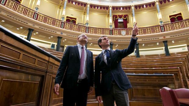 El líder del PP, Pablo Casado, le muestra al decano de la Universidad Georgetown las primeras instancias del Congreso, este jueves en su visita