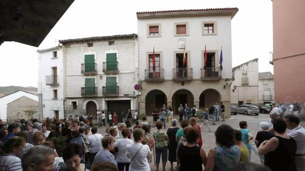 Concentración celebrada este miércoles en la Plaza del Ayuntamiento de Cáseda (Navarra) por el asesinato en un tiroteo de tres personas, un padre y dos de sus hijos, en una reyerta entre dos familias