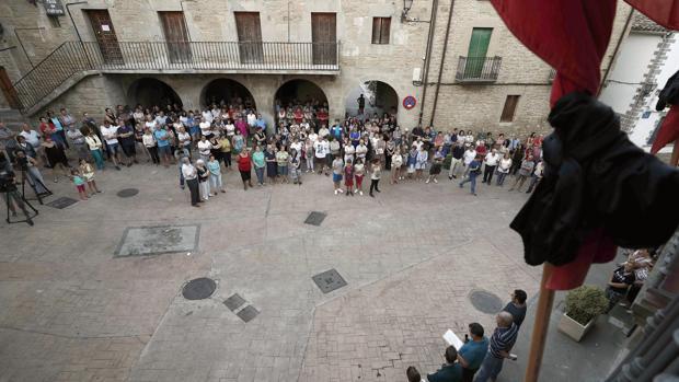 Concentración celebrada esta miércoles en la Plaza del Ayuntamiento de Cáseda (Navarra) en repulsa por el asesinato en un tiroteo de tres personas, un padre y dos de sus hijos, en una reyerta entre dos familias