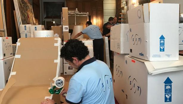 Las obras son embaladas para ser trasladadas en condiciones de máxima seguridad a sus respectivas sedes