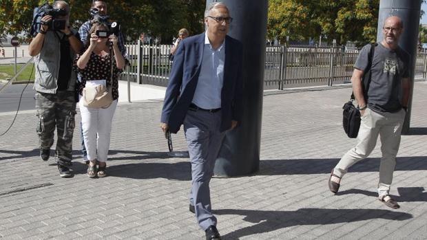 El exalcalde de Benidorm Agustín Navarro acudiendo a los juzgados para declarar