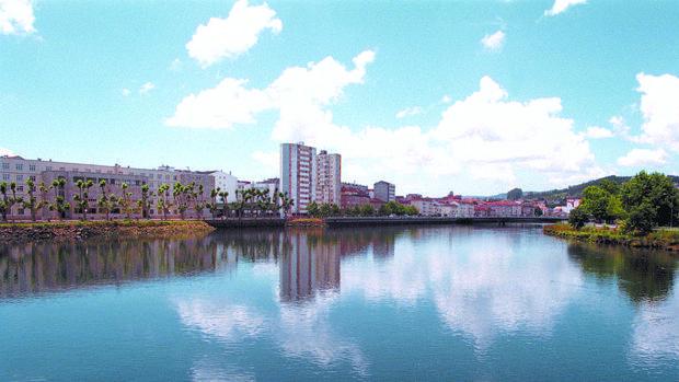 Vista de la ciudad de Pontevedra desde el río Lérez