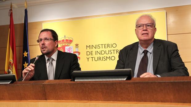 El secretario general el ministerio de Industria, Raúl Blanco junto con el director general de Industria y Pymes, Galo Gutiérrez durante su comparecencia