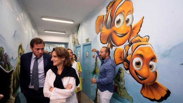 La ministra de Transición Ecológica, Teresa Ribera, durante la visita a un colegio de Valladolid