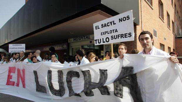 Protesta de médicos interinos, a las puertas del Hospital Clínico de Valladolid, en una imagen de archivo
