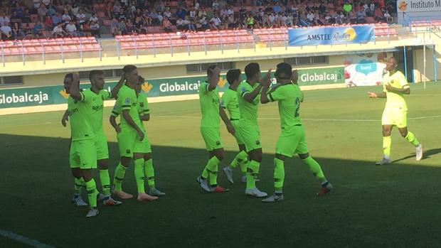 Los jugadores del Barça B celebran uno de los goles