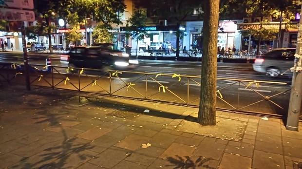 Lazos amarillos colocados en la calle de Bravo Murillo