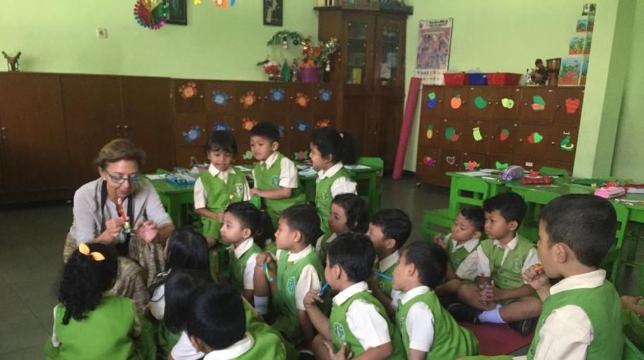 De Alovera a Indonesia para enseñar los cuidados bucodentales