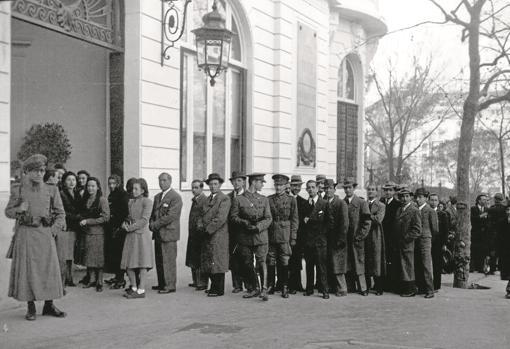 Colas para firmar en el libro de condolencias tras el fallecimiento de Alfonso XIII, en marzo de 1941