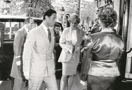 El Príncipe de Gales y su entonces esposa Lady Di, en 1987, a su llegada a un desfile de moda de diseñadores británicos en el lujoso hotel