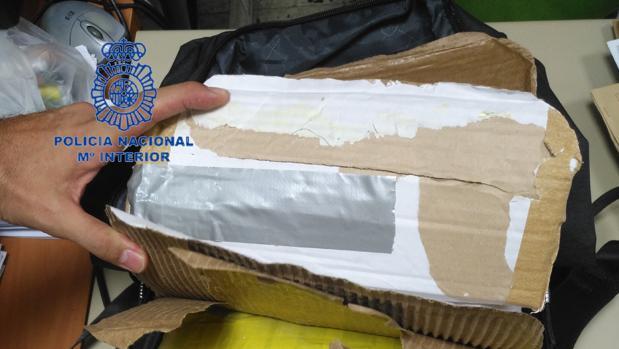 La cocaína localizada oculta en un doble fondo de la mochila del detenido