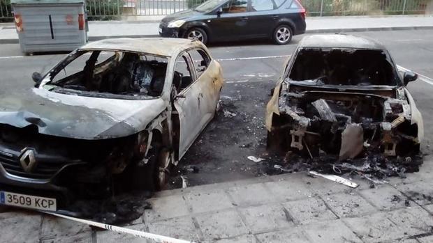 Estado en que han quedado dos de los vehículos tras el incendio