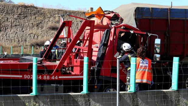 Un fallecido en la colisión de un camión y una grúa en la A-66 en Salamanca