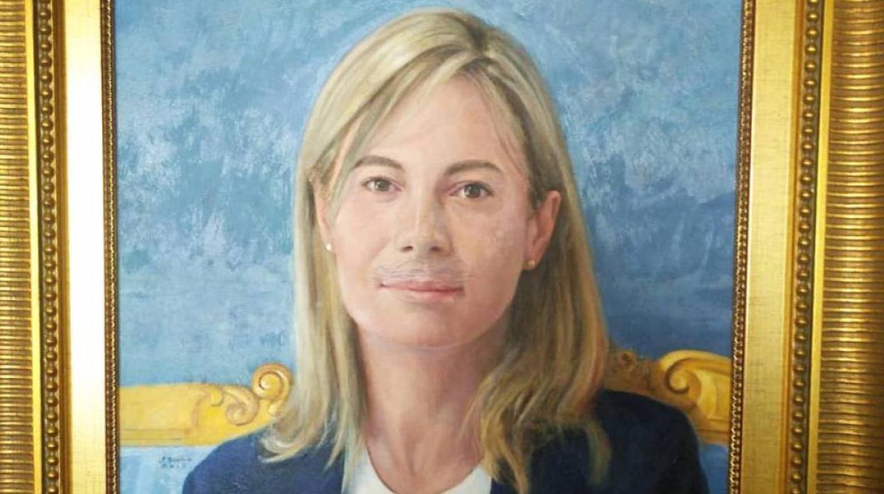 Retiran el retrato oficial de la exalcaldesa de Alicante Sonia Castedo al que habían pintado bigote