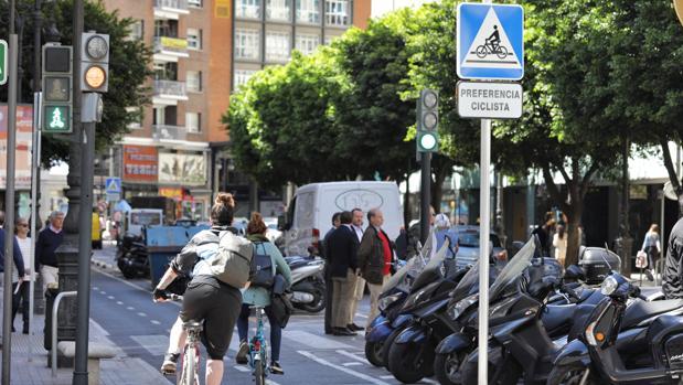 Imagen de archivo de unas ciclistas tomada en Valencia