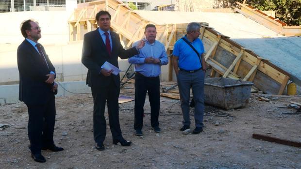 El alcalde Mariscal, ayer durante su visita al estadio