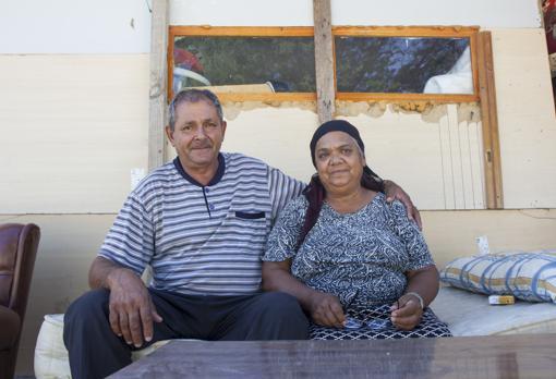 Emil y Elena sonríen delante del que ha sido su hogar durante los últimos dos años