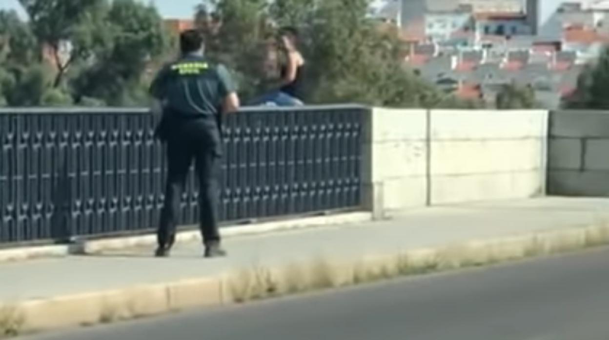 Un guardia civil consigue salvar a una joven que quería saltar por un puente en Mérida