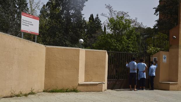 Tres menores inmigrantes, a las puertas del Centro de Primera Acogida de Hortaleza