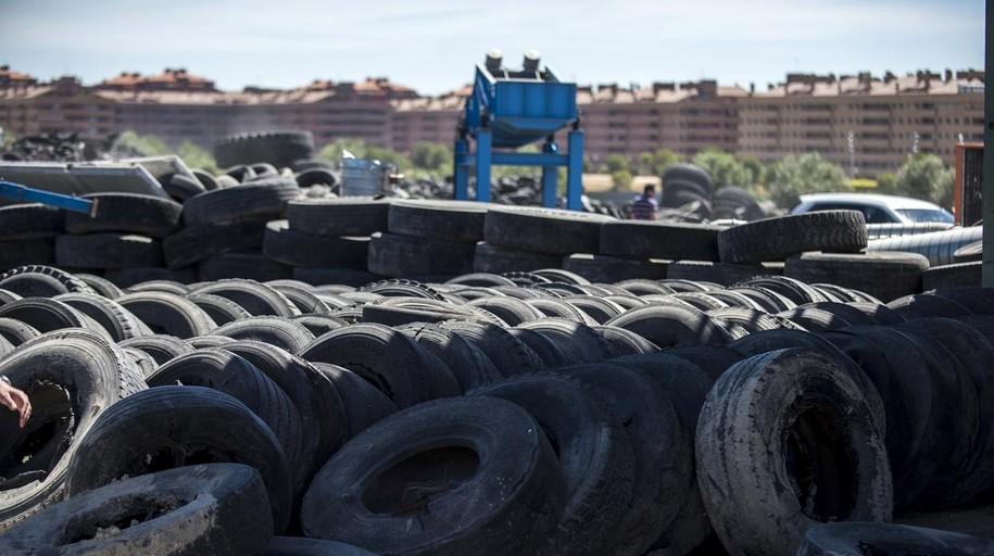 El mayor depósito de neumáticos de Castilla-La Mancha tiene los días contados