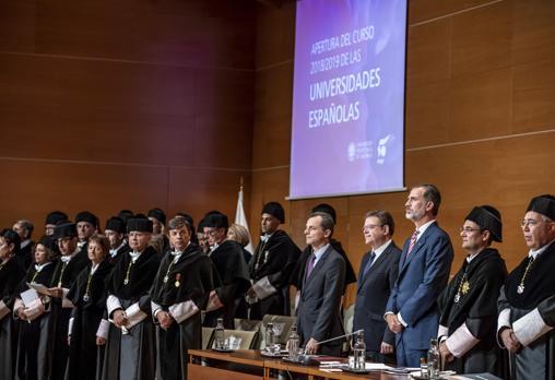 Felipe VI, junto a autoridades y rectores de otras universidades, este martes en la UPV