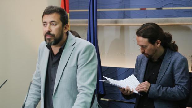 Antón Gómez-Reino, en el Congreso, escoltado por Pablo Iglesias