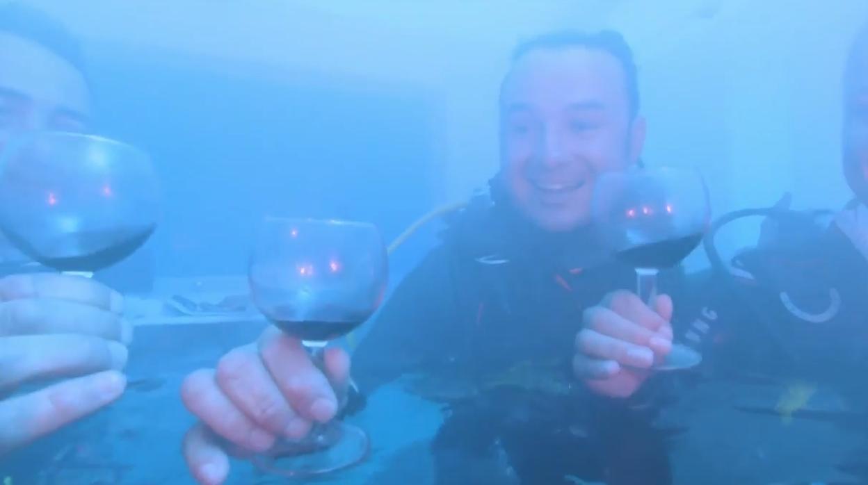 Vídeo: así es una cata de vino bajo el agua